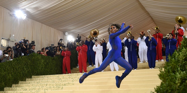 """Nia Dennis and the Brooklyn United marching band attend The Metropolitan Museum of Art's Costume Institute benefit gala celebrating the opening of the """"In America: A Lexicon of Fashion"""" exhibition on Monday, 九月. 13, 2021, 在纽约."""