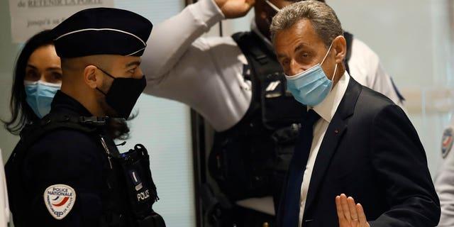 Trong ảnh hồ sơ ngày 1 tháng 3 năm 2021, cựu Tổng thống Pháp Nicolas Sarkozy đến phòng xử án ở Paris.  Cựu Tổng thống Pháp Nicolas Sarkozy đã bị kết tội hôm thứ Năm về việc tài trợ bất hợp pháp cho chiến dịch tranh cử năm 2012 không thành công của ông.  (Ảnh AP / Michel Euler, Tệp)