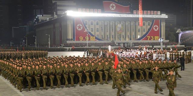 """उत्तर कोरियाई सरकार द्वारा प्रदान की गई इस तस्वीर में, उत्तर कोरियाई सैनिकों ने राष्ट्र की 73 वीं वर्षगांठ के जश्न के दौरान परेड की, जिसकी देखरेख नेता किम जोंग उन ने उत्तर कोरिया के प्योंगयांग में किम इल सुंग स्क्वायर में गुरुवार, 9 सितंबर, 2021 को की। उत्तर कोरियाई सरकार द्वारा वितरित इस छवि में दर्शाए गए कार्यक्रम को कवर करने के लिए स्वतंत्र पत्रकारों को एक्सेस नहीं दिया गया था।  इस छवि की सामग्री प्रदान की गई है और इसे स्वतंत्र रूप से सत्यापित नहीं किया जा सकता है।  स्रोत द्वारा प्रदान की गई छवि पर कोरियाई भाषा वॉटरमार्क पढ़ता है: """"केसीएनए"""" जो कोरियन सेंट्रल न्यूज एजेंसी का संक्षिप्त नाम है।  (कोरियाई केंद्रीय समाचार एजेंसी/एपी के माध्यम से कोरिया समाचार सेवा)"""