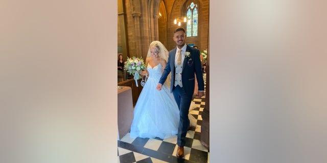 صورت إيفانز هيوز مع زوجها تيثور يوم زفافها.