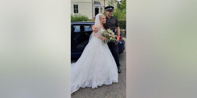 صورت ليديا إيفانز هيوز مع المفتش مات جيتس ، الذي استقل حفل زفافها الأسبوع الماضي.