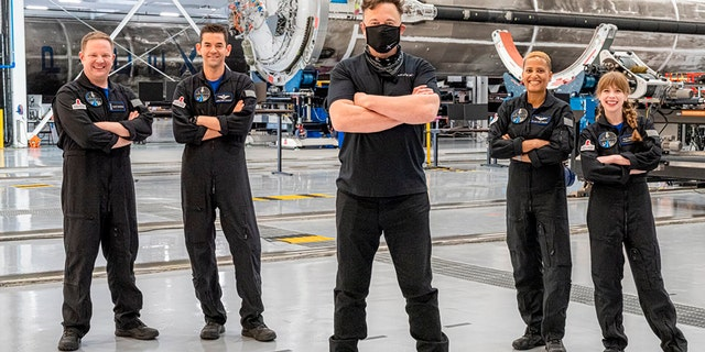 Trong bức ảnh này được cung cấp bởi Inspiration4, Elon Musk, trung tâm phía trước, tạo dáng với phi hành đoàn nghiệp dư trước khi khởi hành đến Launch Complex 39A để phóng vào không gian, thứ Tư, ngày 15 tháng 9 năm 2021, tại Trung tâm Vũ trụ Kennedy, ở Cape Canaveral, Fla Đứng sau Musk, từ trái sang phải là Chris Sembroski, Jared Isaacman, Sian Proctor và Hayley Arceneaux.