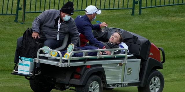 Актеру Тому Фелтону помогают после того, как он потерял сознание на 18-й лунке во время тренировочного дня на Кубке Райдера на поле для гольфа Whistling Straits в четверг, 23 сентября 2021 года, в Шебойгане, штат Висконсин (The Associated Press)