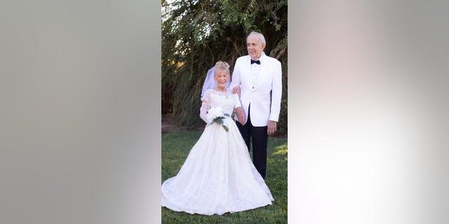 Karen e Gary Ryan, tutti e due 79, celebre 59 years of marriage by recreating their wedding photos.