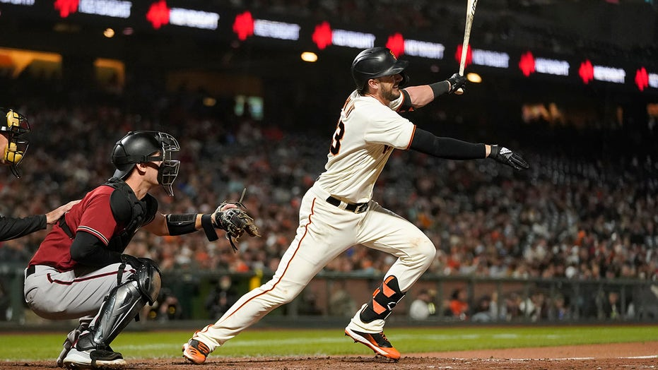 Bryant's sacrifice fly lifts Giants to win No 104