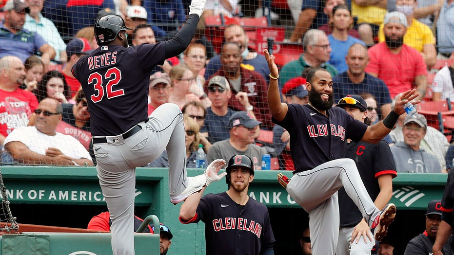 Indians homer in 19th straight; beat Sox 11-5