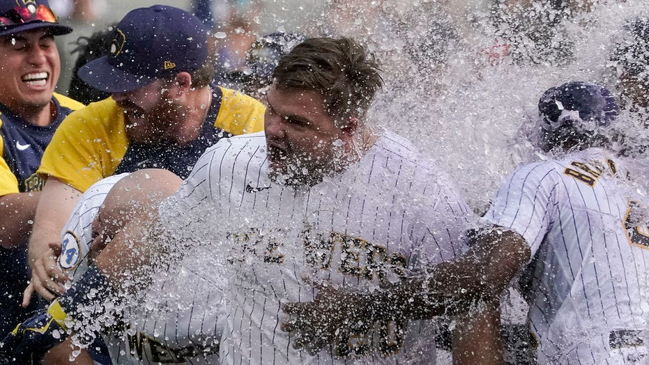 Vogelbach slam in 9th caps comeback, Brewers shock Cards 6-5