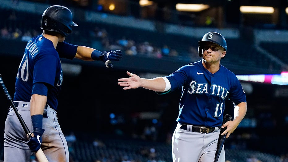 Seager's double keys 11th inning rally, Mariners top D-backs
