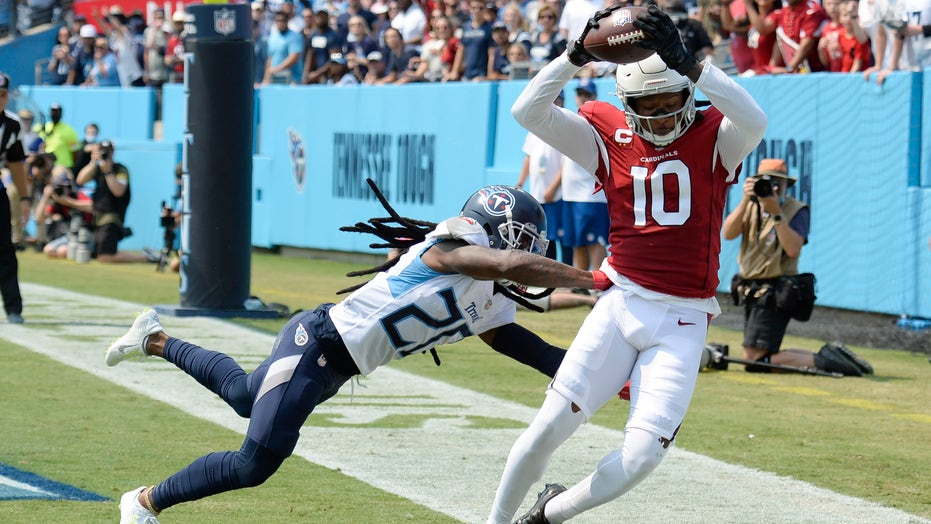 Cardinals' DeAndre Hopkins pulls down Kyler Murray's pass for incredible TD