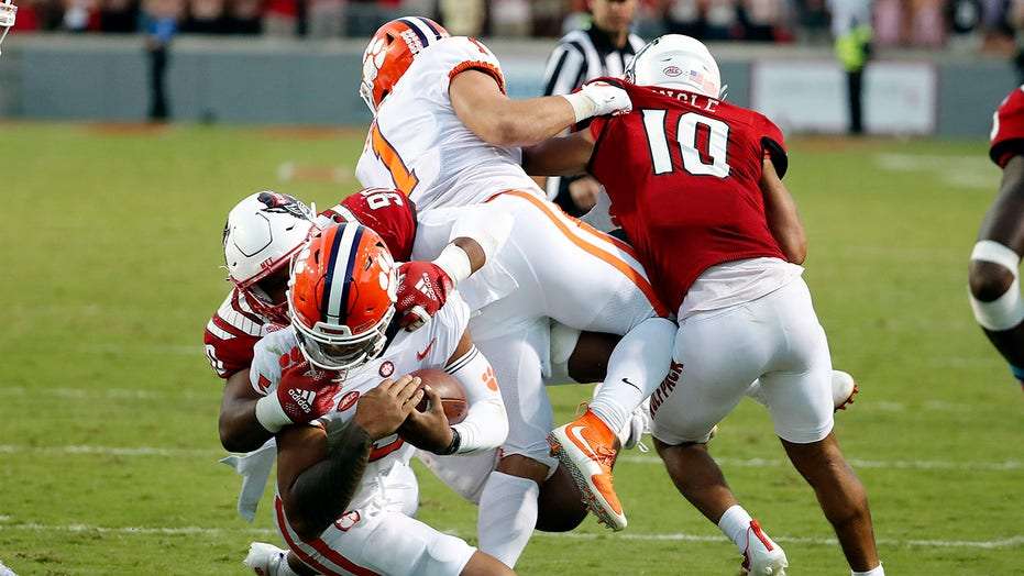 Clemson falls to No. 25 in AP poll, snapping top-10 streak