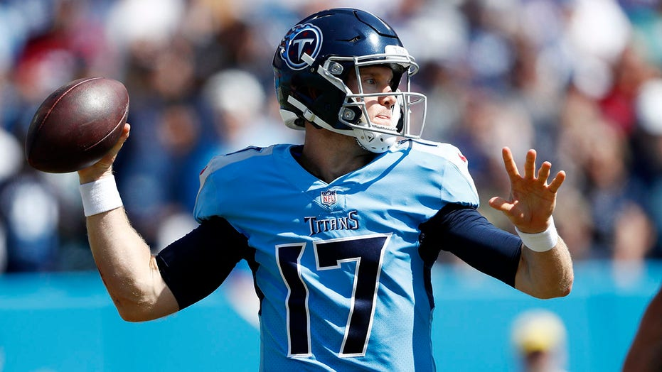 Ryan Tannehill throws 3 TDs as Titans hold off Colts 25-16