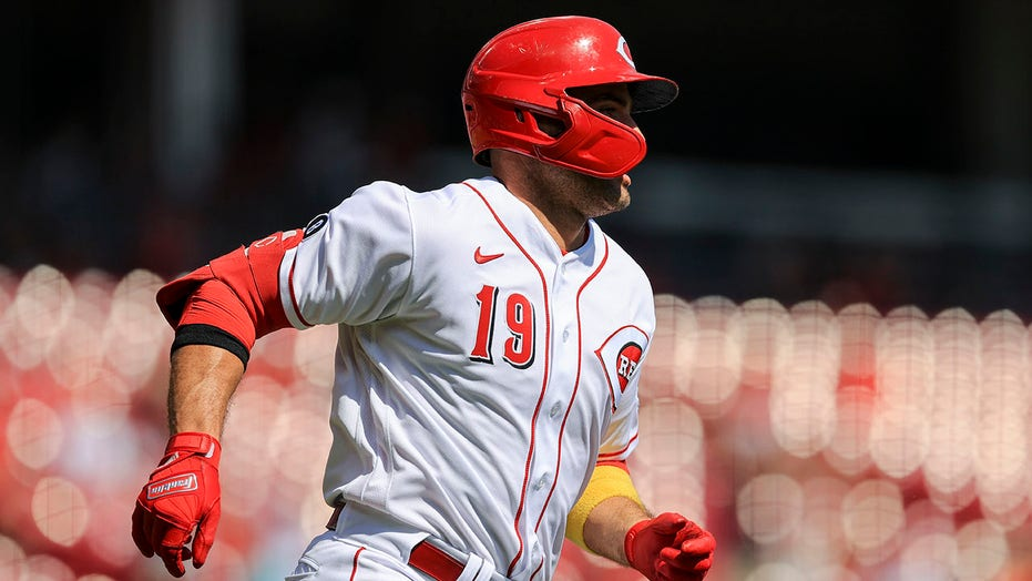 Votto helps Reds beat Pirates 13-1 to stay in playoff race