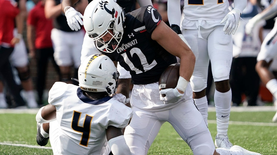 No. 7 Cincinnati starts slow, then routs Murray State 42-7