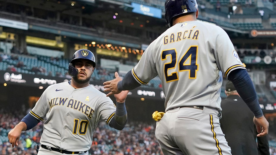 Brewers knock Giants from top spot in NL, win fourth in row
