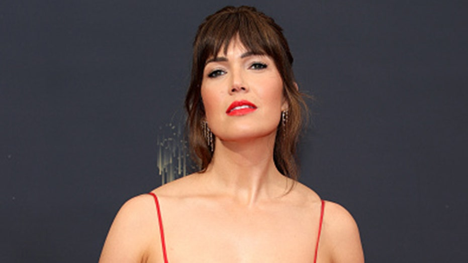 Mandy Moore eats pizza naked after 2021 Emmys: 'The real glamour'