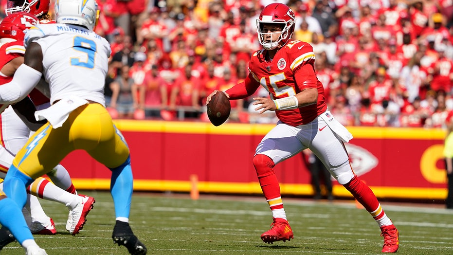 Patrick Mahomes' no-look pass results in Chargers interception