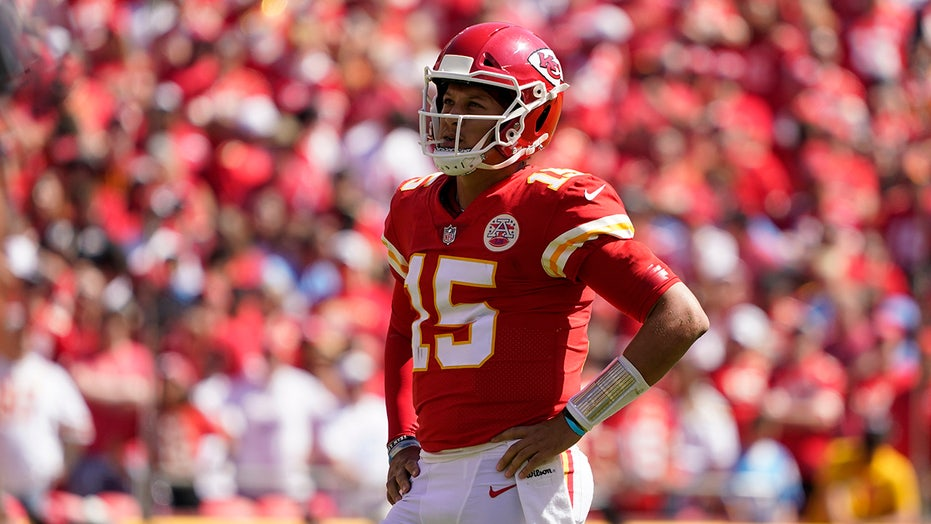 Chiefs' Patrick Mahomes hints at throwing a behind-the-back pass in game