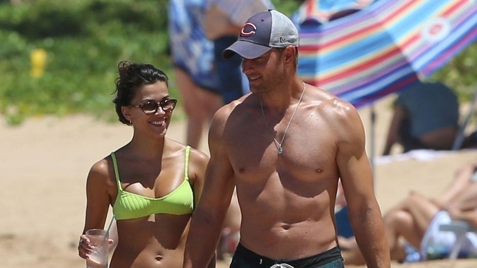 Sofia bene, Justin Hartley pronk strandliggame tydens 'n vakansie in Hawaii