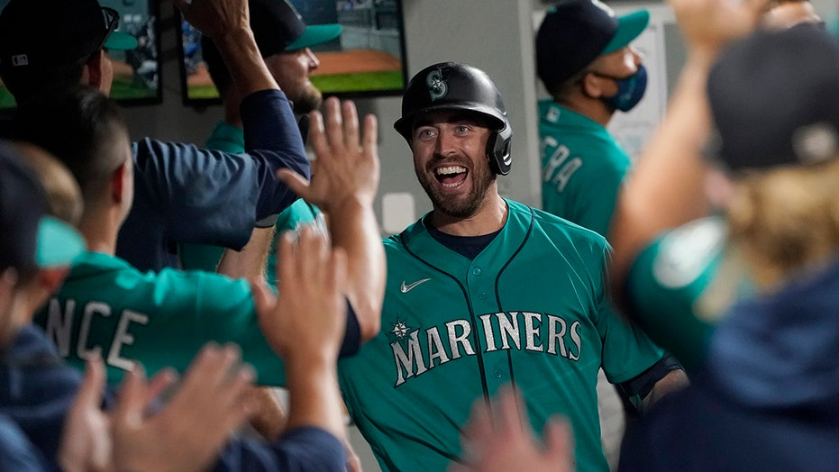 Mariners inch closer in wild-card chase, top D'backs 5-4
