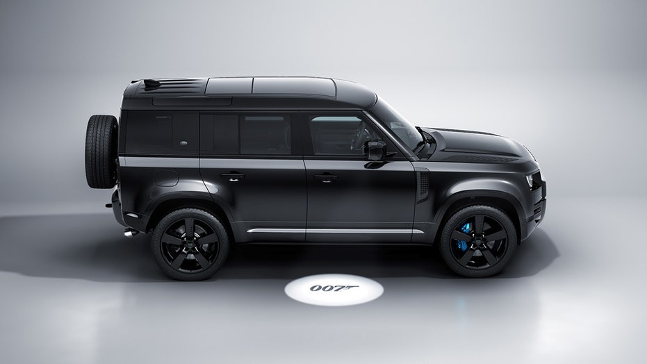 Land Rover Defender V8 Bond 007 Edition is a bad-looking SUV