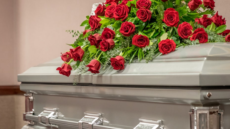 North Carolina sisters say stranger's body was in mom's casket after funeral home mix-up: report