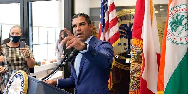 فرانسیس سوارز شهردار میامی روز سه شنبه در یک کنفرانس مطبوعاتی در تالار شهر میامی در مورد آرت آسویدو ، رئیس پلیس وقت میامی صحبت کرد.  حکم