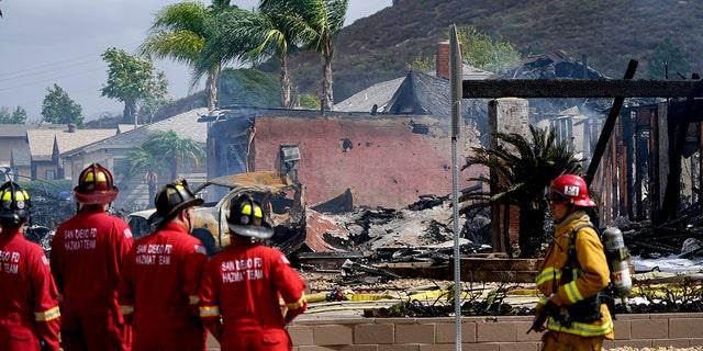 طواقم الإطفاء تعمل في مكان حادث تحطم طائرة صغيرة ، يوم الاثنين 11 أكتوبر 2021 ، في سانتي ، كاليفورنيا.