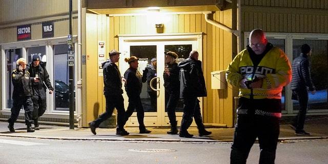 افسران پلیس در محل تیراندازی پیکان به دیوار در چهارشنبه 13 اکتبر 2021 در کنگسبرگ نروژ کار می کنند.  (Torstein Bøe / NTB از طریق AP)