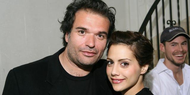 Simon Monjack và Brittany Murphy tạo dáng cùng nhau.  Hai người gặp nhau vào năm 2006 trước khi kết hôn vào năm 2007. Murphy qua đời năm 2009, và Monjack qua đời 4 tháng sau khi cô vì những nguyên nhân tương tự.