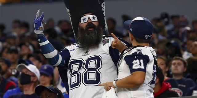 Un fan de los Dallas Cowboys aplaude durante la primera mitad contra los Houston Texans en el AT&A Stadium.  Estadio T.