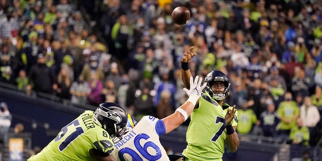 Seattle Seahawks backup quarterback Geno Smith (7) passes to wide receiver DK Metcalf for a touchdown against the Los Angeles Rams during the second half of an NFL football game, Thursday, Oct. 7, 2021, in Seattle.