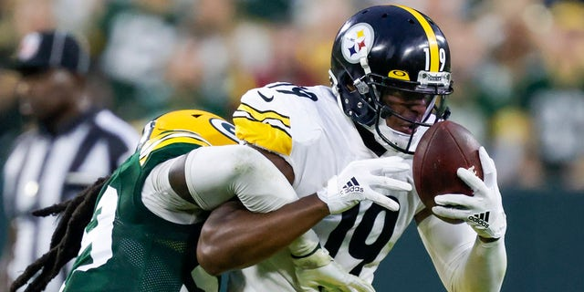 Pittsburgh Steelers' JuJu Smith-Schuster catches a pass with Green Bay Packers' De'Vondre Campbell defending during the second half of an NFL football game Sunday, Oct. 3, 2021, in Green Bay, Wis.