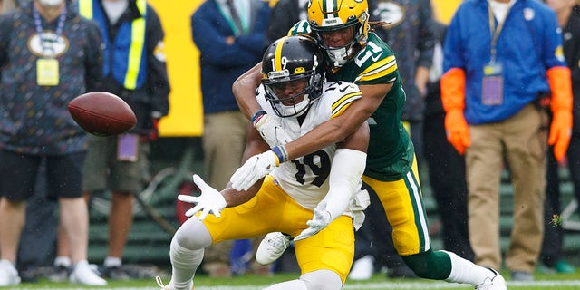 Green Bay Packers cornerback Eric Stokes (21) defends the pass intended for Pittsburgh Steelers wide receiver JuJu Smith-Schuster (19) during the first quarter at Lambeau Field.