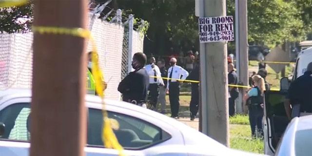 السلطات تقف خارج مرفق East Lamar Carrier Annex في ممفيس.  وقال مكتب التحقيقات الفدرالي إن تين ، حيث قتل اثنان من موظفي الخدمة البريدية وتوفي ثالث بعد أن انتحروا.