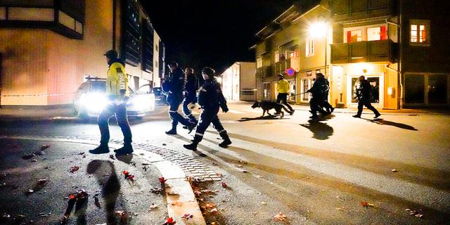 الشرطة تمشي في مكان الحادث بعد هجوم في كونغسبرج ، النرويج ، الأربعاء 13 أكتوبر 2021.