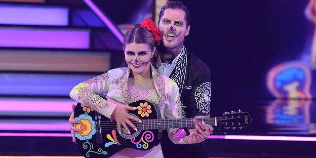 Olivia Jade Giannulli et son partenaire Val Chmerkovskiy se produisent lors de la soirée Disney de