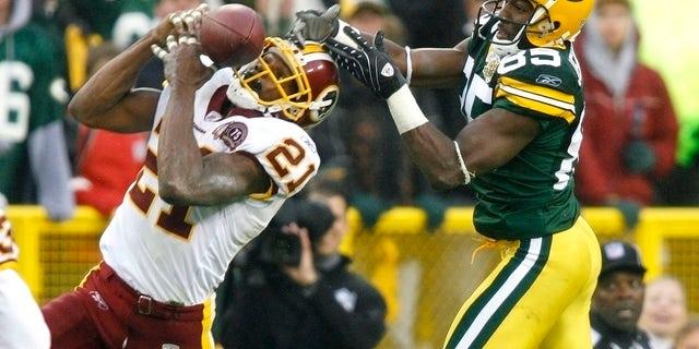 امنیت واشنگتن ردسکینز شان تیلور (21) پاس را که برای گریگ جنینگز (85) از مدافع برت فاور مدافع مدافع در خلیج Bay Packers در ربع چهارم بازی فوتبال NFL خود در Lambeau Field Green Bay ، 14 اکتبر 2007 ، در نظر گرفته شده بود ، رهگیری کرد. پیروزی Packers بر Redskins یک رکورد حرفه ای جدید در NFL را در رهگیری مدافع دفاع ایجاد کرد.