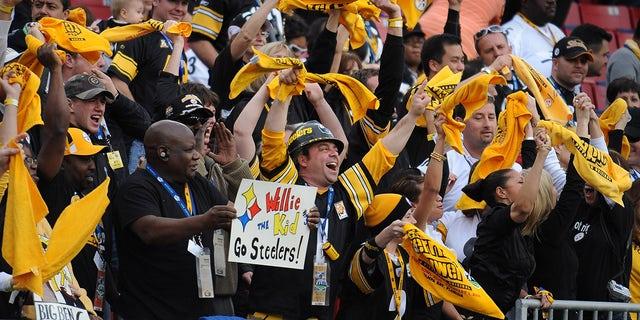 Los fanáticos de los Pittsburgh Steelers agitan terribles toallas durante la victoria de los Steelers por 27-23 sobre los Arizona Cardinals en el Estadio Raymond James.