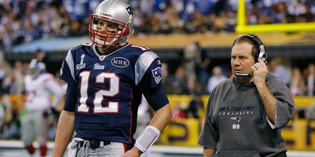 Huấn luyện viên trưởng của New England, Bill Belichick nói chuyện với tiền vệ Tom Brady trong thời gian chờ ở quý thứ hai của Super Bowl 2012 với New York Giants ở Indianapolis.