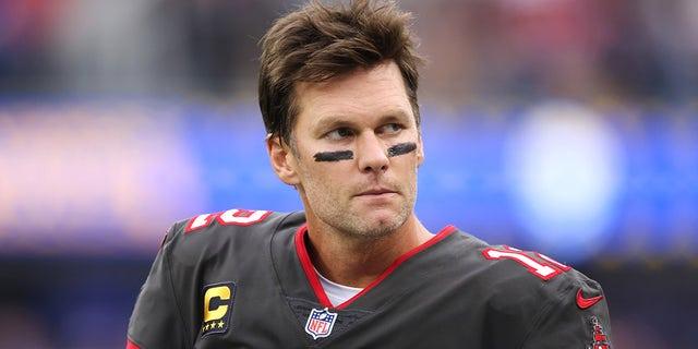 Tom Brady của Tampa Bay Buccaneers bên lề trong hiệp một trong trận đấu với Los Angeles Rams tại Sân vận động SoFi vào ngày 26 tháng 9 năm 2021 ở Inglewood, Calif.
