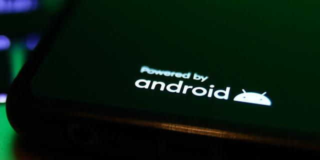 El logotipo de Android que se muestra en la pantalla del teléfono se puede ver en esta foto ilustrada tomada en Cracovia, Polonia, en septiembre. Recientemente, Kim Komando reveló lo que los usuarios pueden hacer cuando la batería del teléfono está baja.