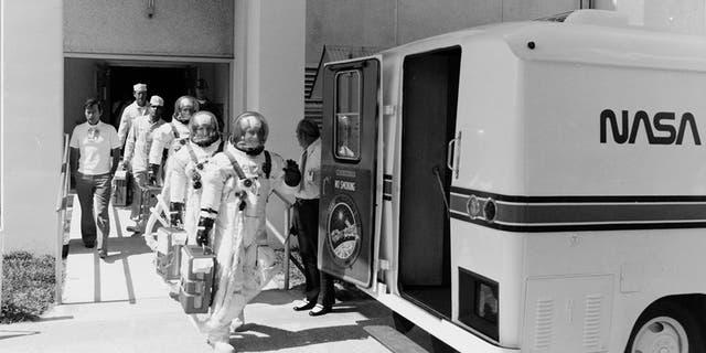 Apollo un pirmie kosmosa kuģu astronauti tika nogādāti uz starta platformas pārveidotā Klarka Kortesa mobilajā mājā.