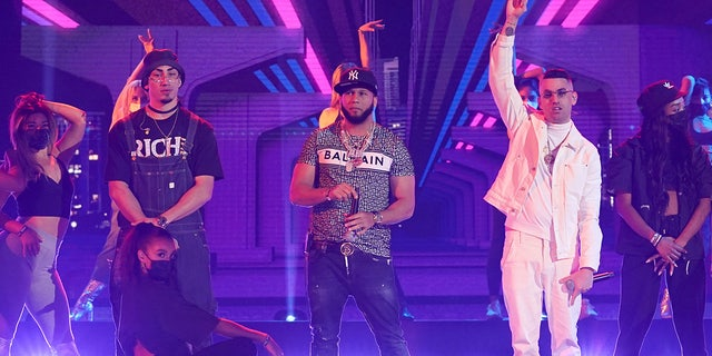 El Alfa (center) performed at the 2021 Latin Music Awards.