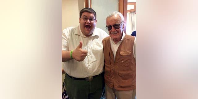 روبرت فرانزس توانست استن لی ، اسطوره کتاب های کمیک را در حالی که کوسپلی خود پیتر گریفین را پوشیده بود ، ملاقات کند ، که شامل شلوار سبز ، پیراهن سفید با دکمه سفید ، کمربند مشکی و عینک گرد است.