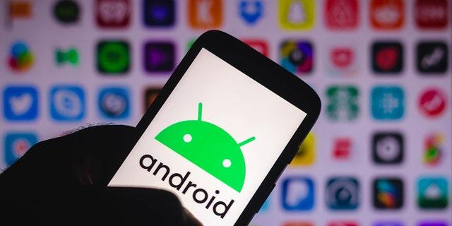 En esta ilustración fotográfica, puede ver el logotipo de Android que se muestra en el teléfono inteligente.  Los sistemas operativos Android 5.0 y superiores brindan a los usuarios modos de ahorro de energía.