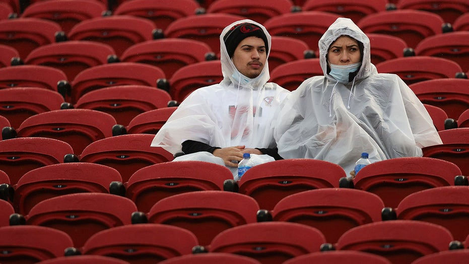 NFL fans brave bomb cyclone to watch 49ers-Colts game