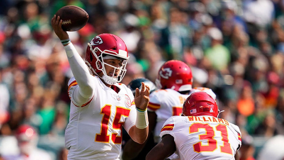 Patrick Mahomes throws 5 TD passes, Chiefs beat Eagles 42-30