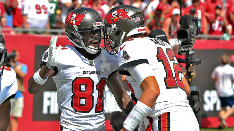Bucs' Antonio Brown becomes NFL receiver fastest to 900 receptions