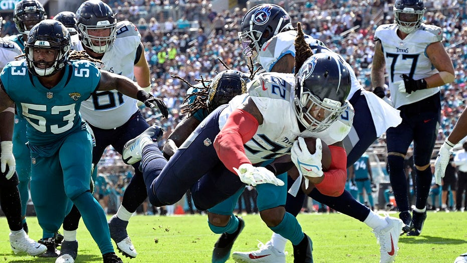 Henry scores 3 TDs, Titans send Jags to 20th straight loss