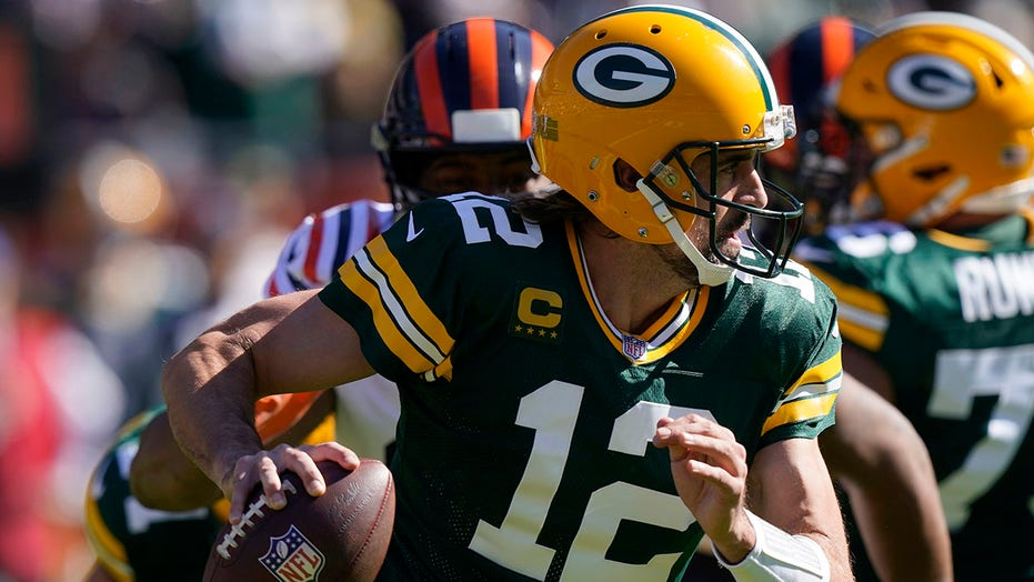 Rodgers throws 2 TDs, runs for 1 as Packers beat Bears 24-14